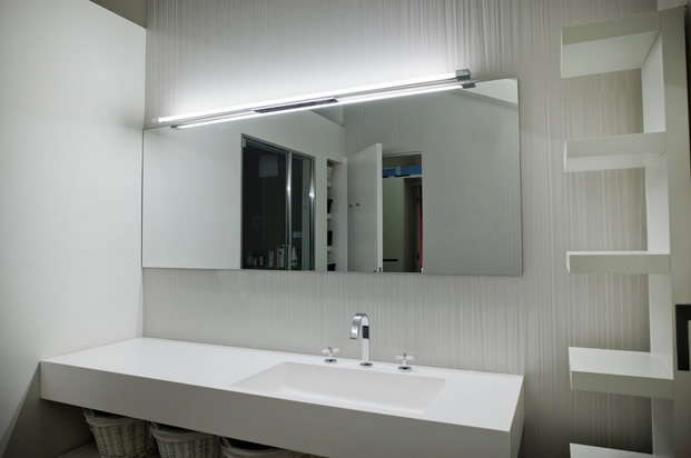 Illuminare il bagno con travi in legno inclinati no for Specchio bagno profilo alluminio